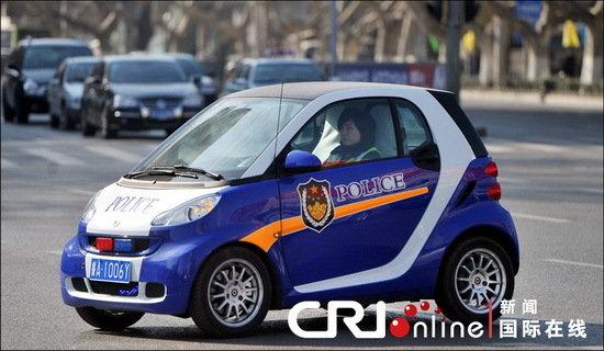 """汽车""""喷有英文police字样和警徽标志,车头还装了警灯,悬挂的高清图片"""