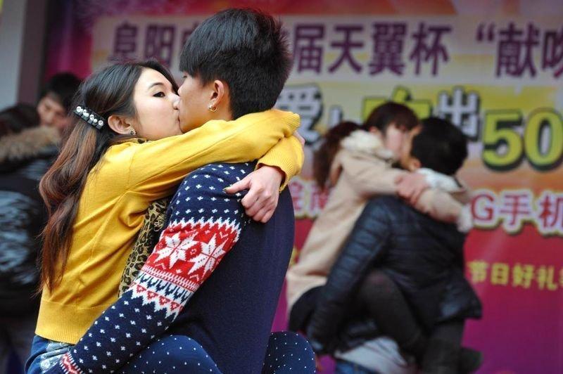 组图:各地举办接吻大赛迎接情人节 腾讯大楚网