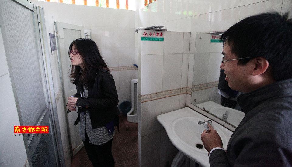 图:城管委摆马桶阵 广州女孩吐槽男女厕位比例