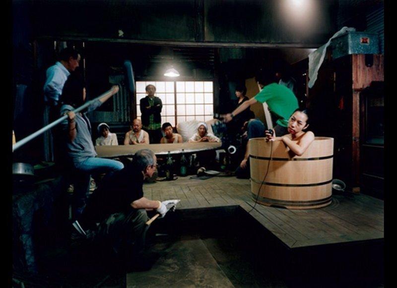 组图:日本美女摄影师公共场合浴盆大胆自拍 腾