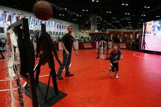 组图:nba全明星篮球嘉年华 小球迷欢喜参与