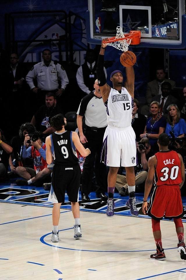 腾讯体育讯 2012NBA全明星新秀挑战赛就是一个扣篮的秀场,各种图片