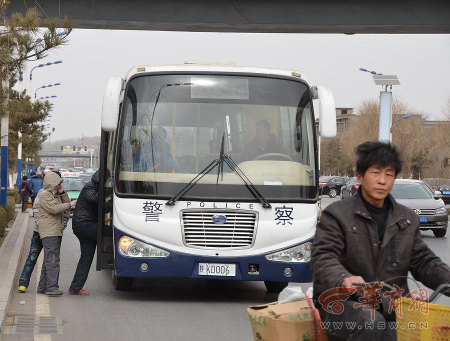 """陕西""""最牛校车"""":挂警车牌接送学生"""