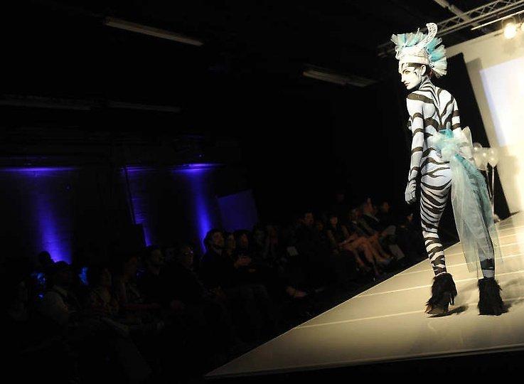 美国大胆时装秀上演另类人体艺术_腾讯大楚网_腾讯网