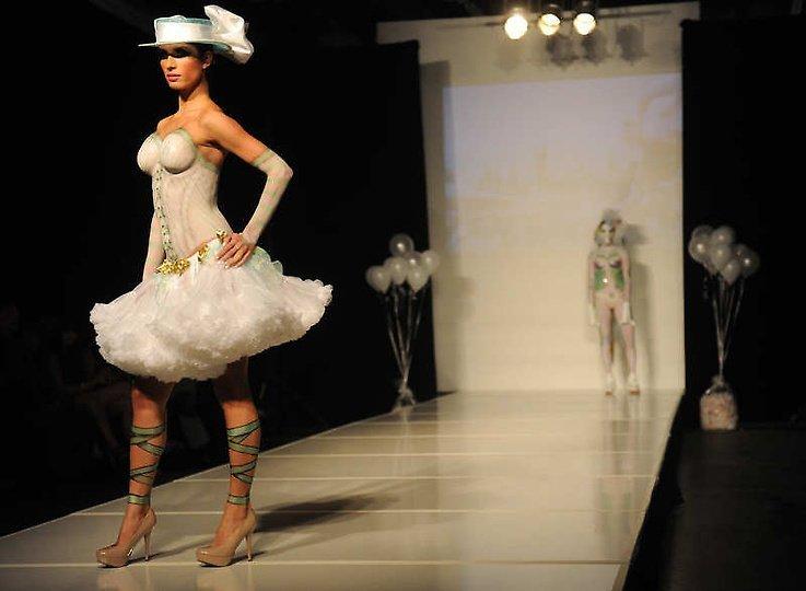 国产美女大胆人体艺术_美国大胆时装秀上演另类人体艺术