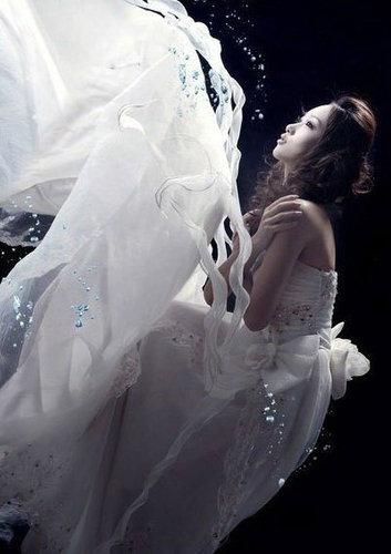 水中灵动唯美婚纱照