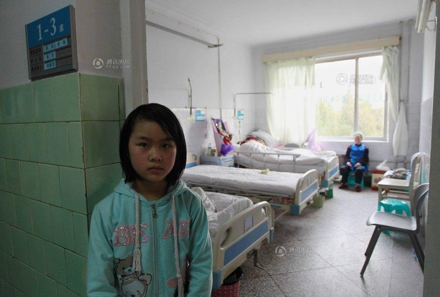 图片故事:12岁女孩照顾植物人父亲 苦撑一个家