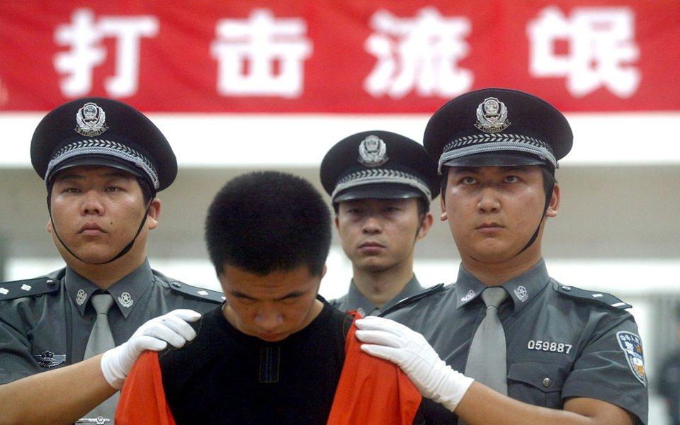 育馆内召开公捕公判大会.  2005年8月30日,北京怀柔公安分局召开图片