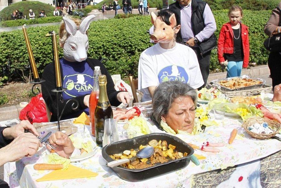 """高清:意大利环保人士表演""""动物吃人"""""""