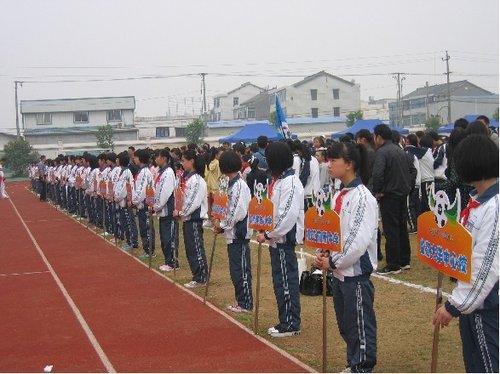 学生亲手绘制队旗