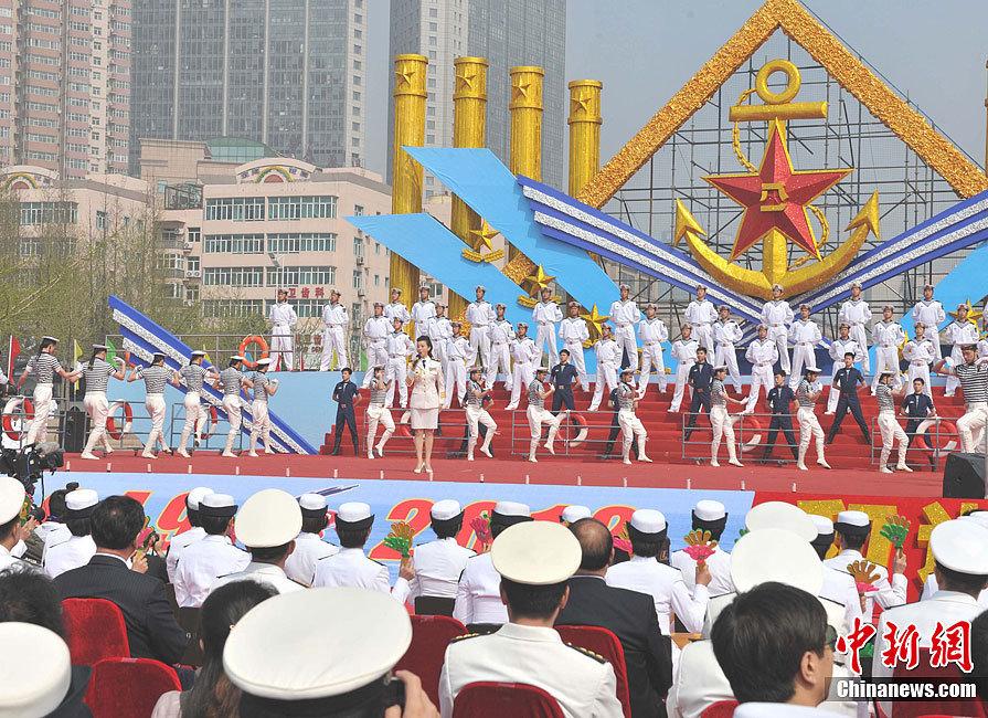 """俄军舰升五星红旗为中国海军""""庆生""""(图)"""