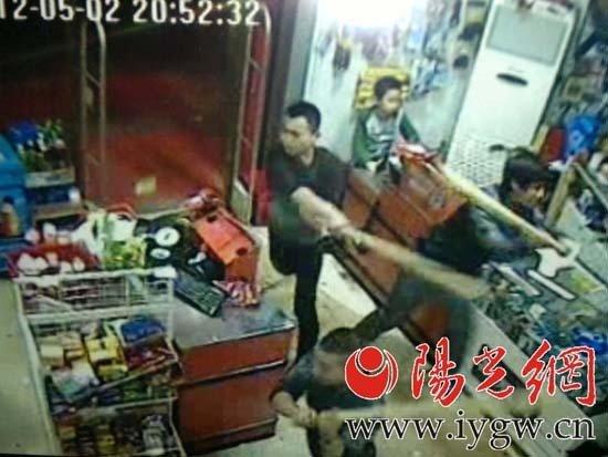 长安区一超市遭四名男子挥棒打砸_爽口乐_新浪博客