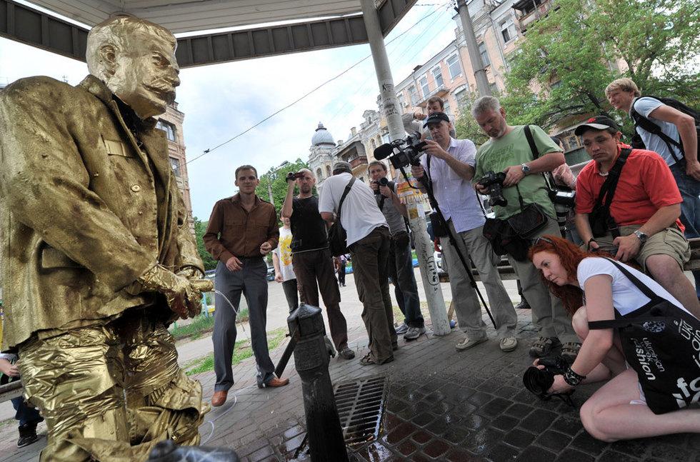 乌克兰矗立斯大林撒尿像(高清组图)