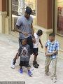 詹姆斯陪儿子逛街