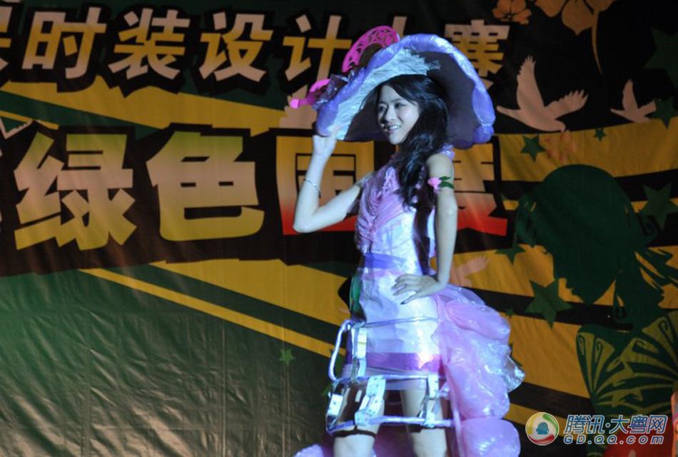 广东海洋大学环保时装秀 塑料袋成晚礼服