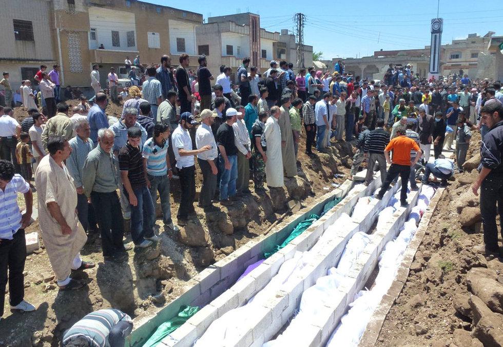 高清:叙利亚为胡拉惨案遇难者举行集体葬礼