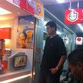 组图:姚明买奶茶引数十人围观 导致交通堵塞