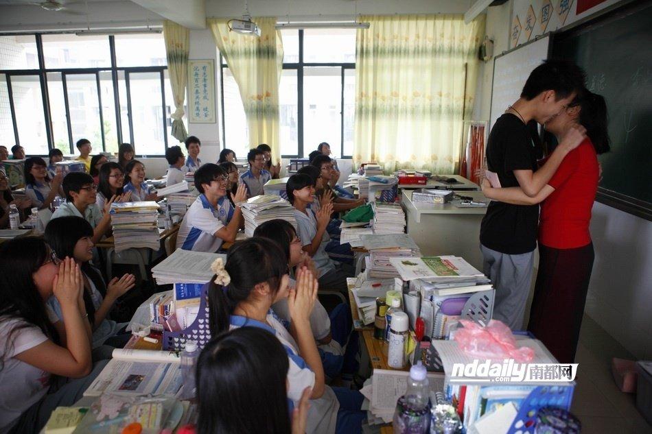 高考倒计时:惠州考生自发拥抱感谢老师_新闻中