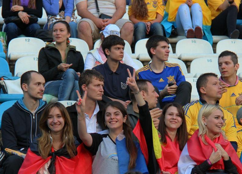 高清:乌克兰赛前训练 黄色风暴袭卷美女如云