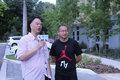 组图:章鱼大战两连败 张卫平戴胡子街头采访