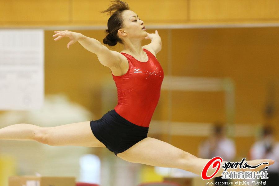 高清:日本体操美女紧身衣训练 露迷人微笑 新