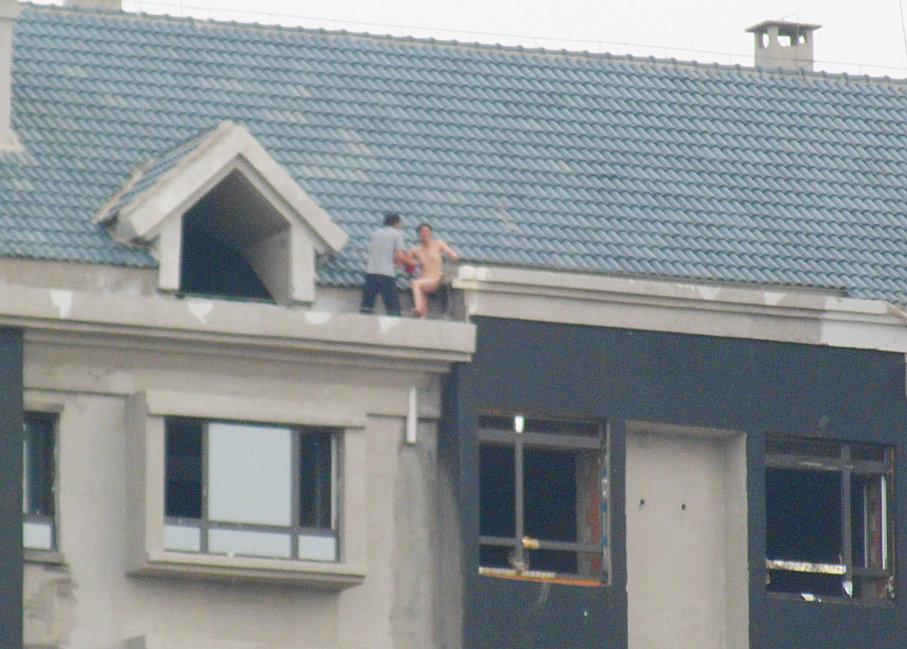 高清:长春女小偷脱衣全裸对抗 新闻中心