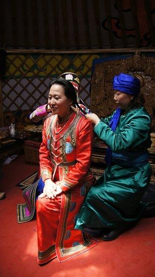 王军霞体验蒙古族婚礼 民族服装惊艳亮相图片