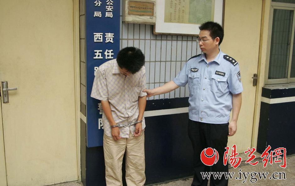 高清:男子公厕偷窥女子如厕 下跪认错 新