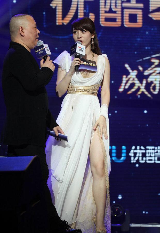 柳岩低胸高开叉长裙胸腿齐露 - 刘亦菲 - 刘亦菲 的博客