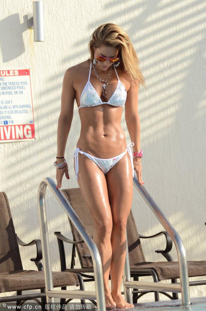 美女健身教练泳池大秀身材