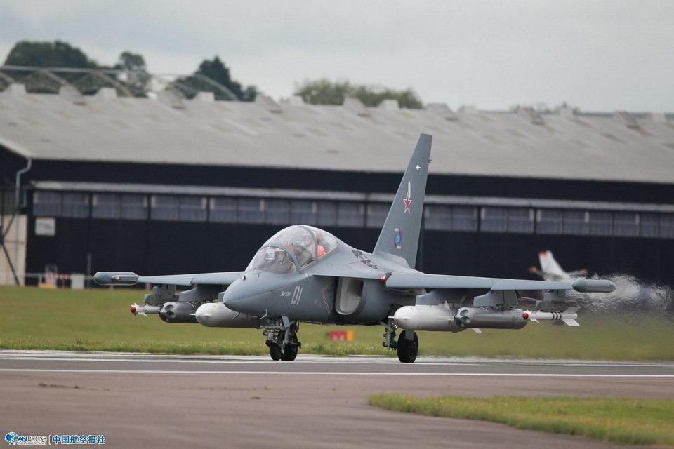 雅克130教练机携带全副外挂表演