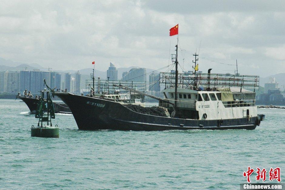 7月12日上午9时许,海南省30艘渔船自发组成2个编队6个小组的捕捞船队,从三亚出发前往南沙开展捕捞生产活动。该航次作业时间约20天,生产地点在北纬10永暑礁附近海域。海南省捕捞船队本次赴三沙渔场生产作业,是渔业企业、合作社、渔民三方抱团合力闯深海。这是海南省历年来最大规模的捕捞活动之一。中新社发 尹海明 摄