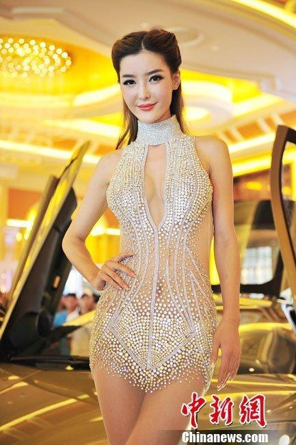 年中国海南国际汽车博览会,李颖芝身着造价过亿的钻石小短裙惊艳全高清图片