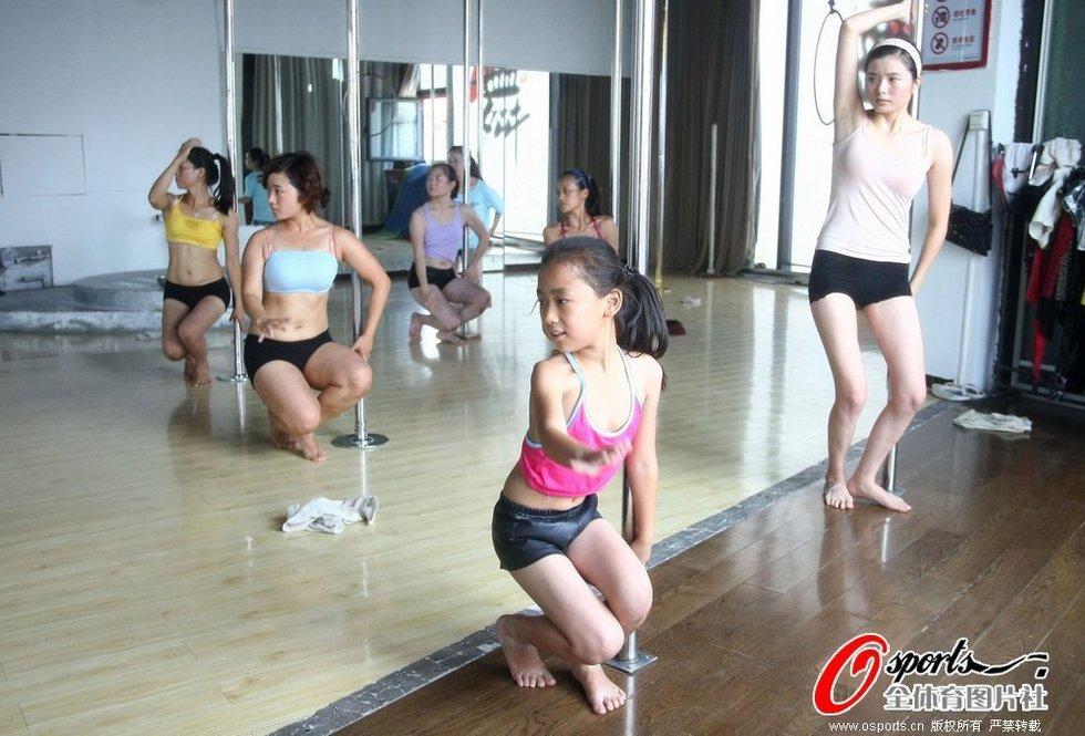 旭旭正在天津尚界钢管舞