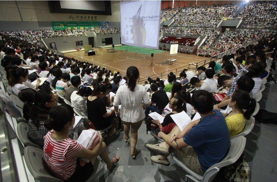 """高清:3500名""""考研族""""体育馆上大课 场面壮观 - Lenwen - Lenwen【爱就在您身边】"""