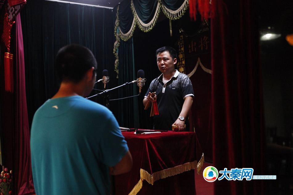 学徒表演完,师傅刘凯自己做起师范给他,纠正错误的地方,并教授他图片