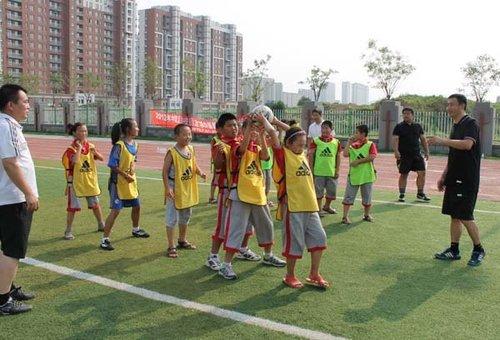 组图:大连D级教练培训 趣味游戏融足球技巧