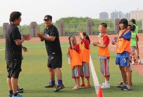 组图:大连D级教练培训 趣味游戏融足球技巧_体