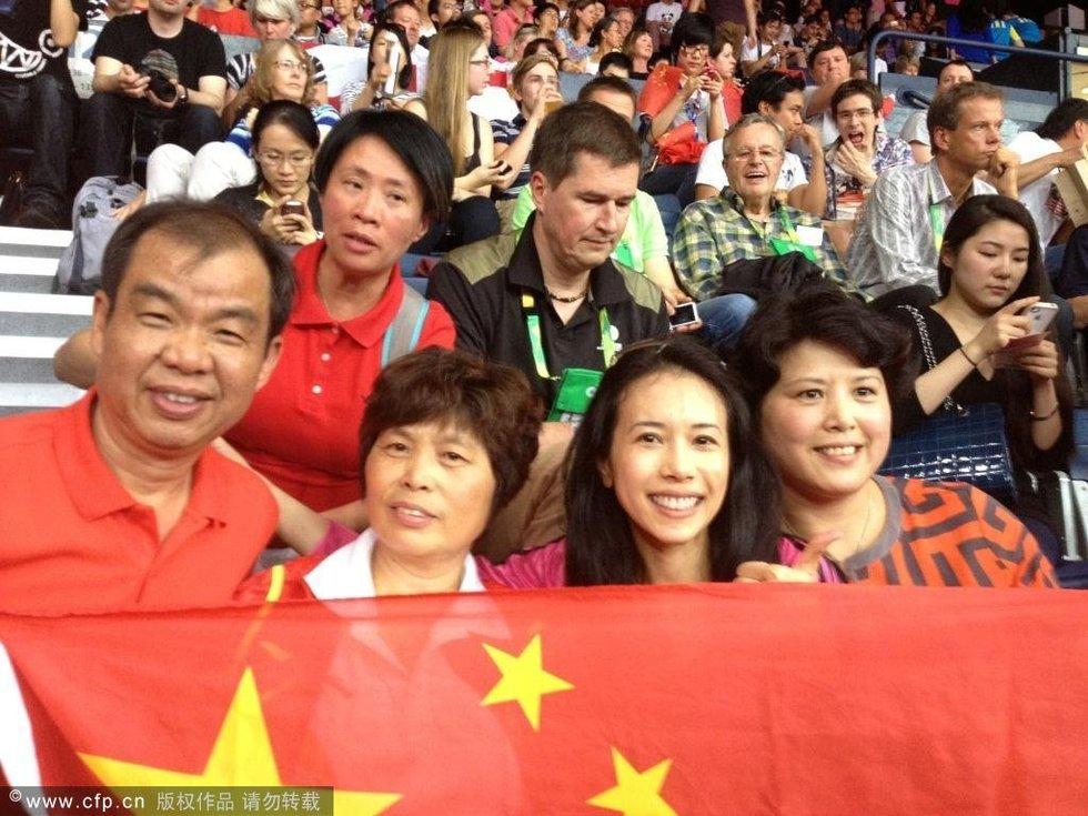 高清 莫文蔚现身奥运会赛场 撑起五星红旗