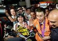 高清:无冕之王李宗伟回国 马来球迷机场欢迎