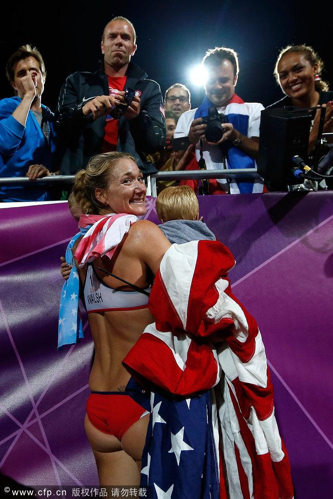 运会第12日沙滩排球女子沙排决赛,美国组合夺得冠军,赛后两人高清图片