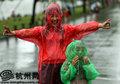 """组图:""""海葵""""驾临 市民绽放风雨中的美丽"""