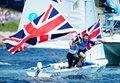 470级男子双人艇 英国选手摇旗庆祝摘银(图)