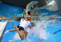 高清:金童戴利摘铜跳水 与队友跳泳池庆祝