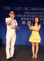李雨儿经纪公司总经理东慧传媒董事长贾瑞平为李雨儿赠送金色麦克风