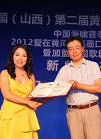 歌剧舞剧院党委书记董天恒为李雨儿颁发加盟中国歌剧舞剧院聘书