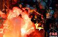 高清:欧联杯附加赛发生骚乱 球迷与警察互攻
