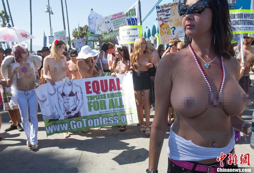 """美国""""全国坦胸日""""女性游行争裸胸权 - 天上人间 - 天上人间"""