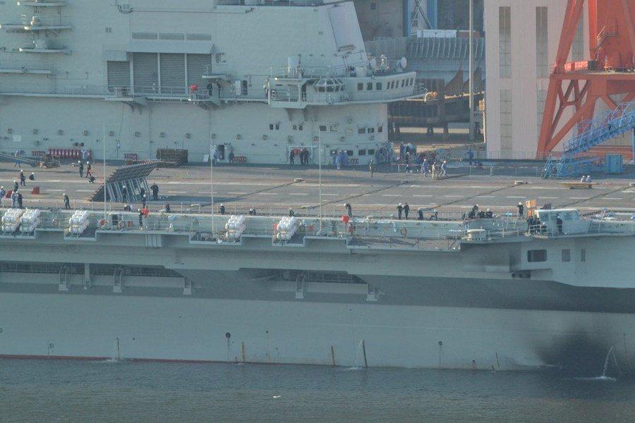 瓦良格号航母开始悬挂彩旗 服役在即