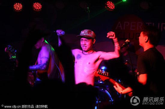 痛仰乐队西安摇滚巡演 主唱赤膊秀纹身图片